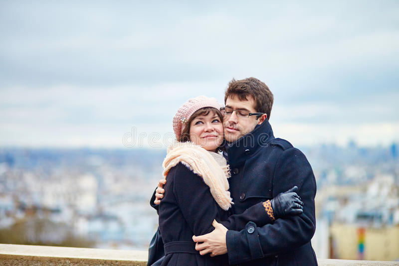 Couples romantiques sur Montmartre à Paris images stock