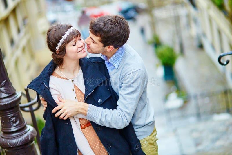 Couples romantiques sur Montmartre à Paris images libres de droits
