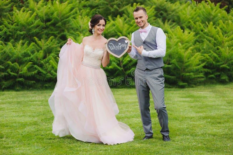 Couples romantiques tenant le coeur image stock
