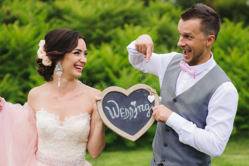 Couples romantiques tenant le coeur photo stock