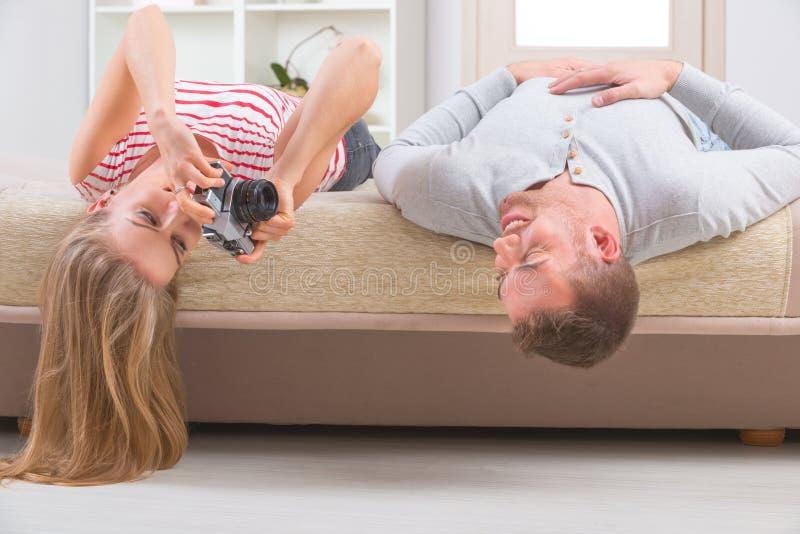 Couples s'étendant sur le lit photo stock