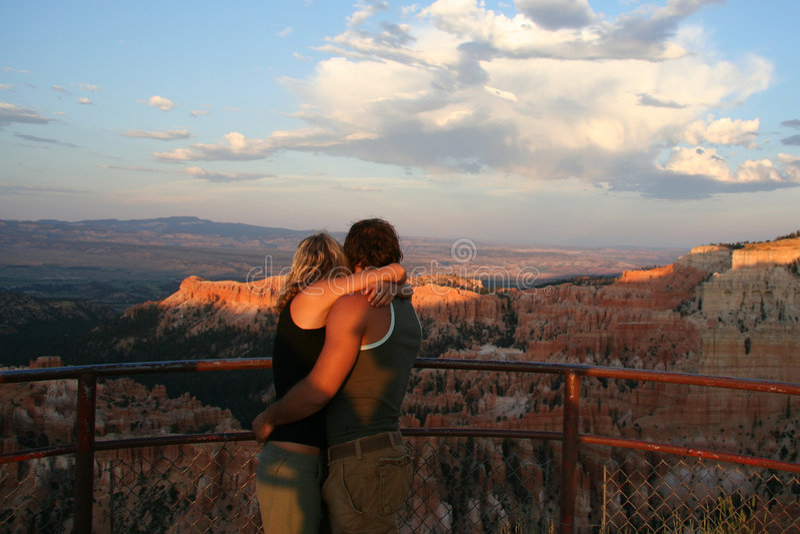 Couples s'étreignant image stock