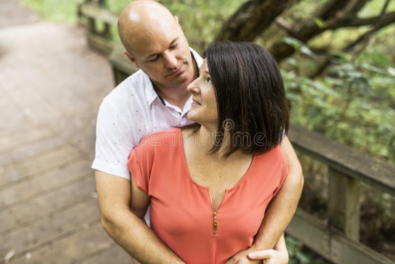 Couples s'embrassant ayant la promenade dans la forêt d'été photographie stock libre de droits