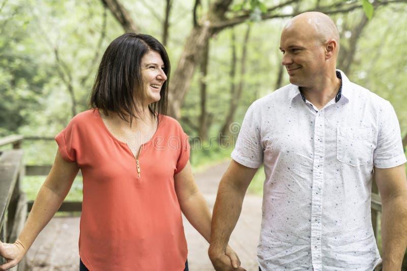 Couples s'embrassant ayant la promenade dans la forêt d'été image libre de droits