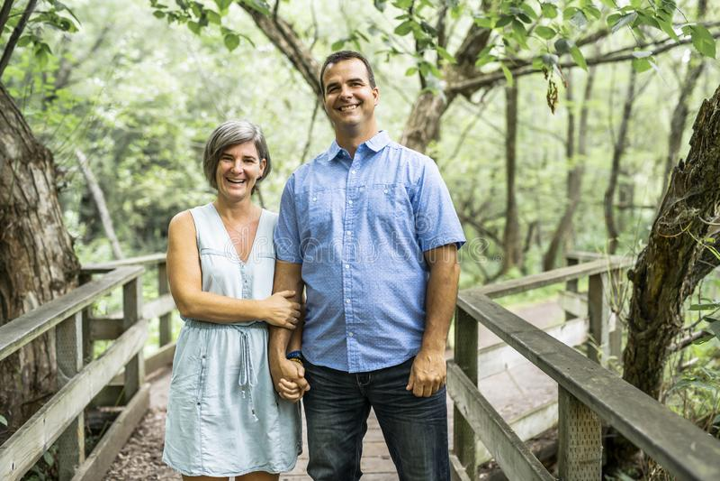 Couples s'embrassant ayant la promenade dans la forêt d'été photo libre de droits