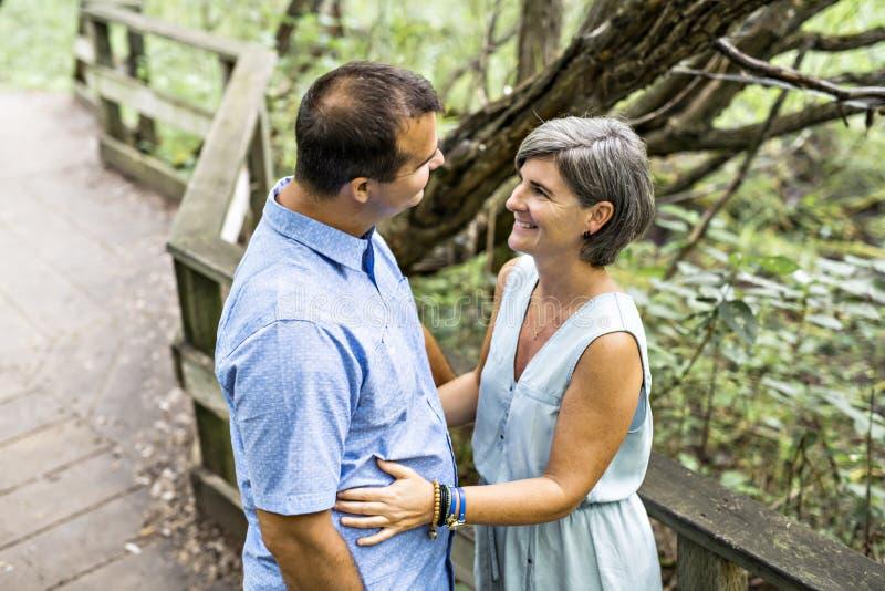 Couples s'embrassant ayant la promenade dans la forêt d'été image stock