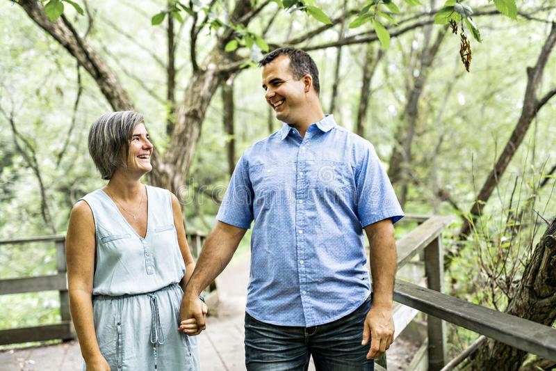Couples s'embrassant ayant la promenade dans la forêt d'été photos stock