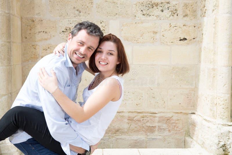 couples s'embrassant dans la ville de tourisme dehors photographie stock libre de droits