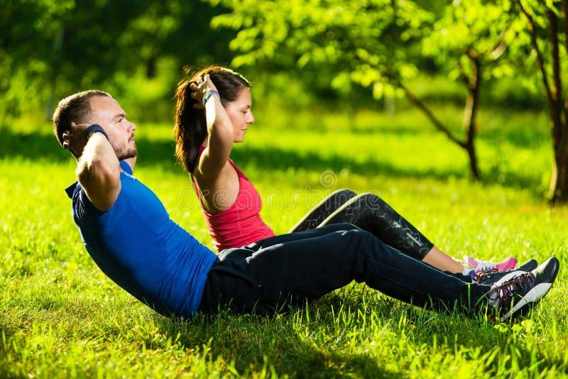 Couples s'exerçant au parc de ville Sport en plein air images stock
