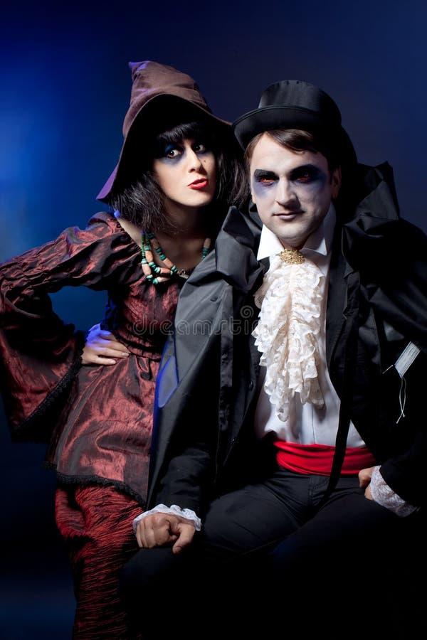 Couples s'usant comme vampire et sorcière. photographie stock
