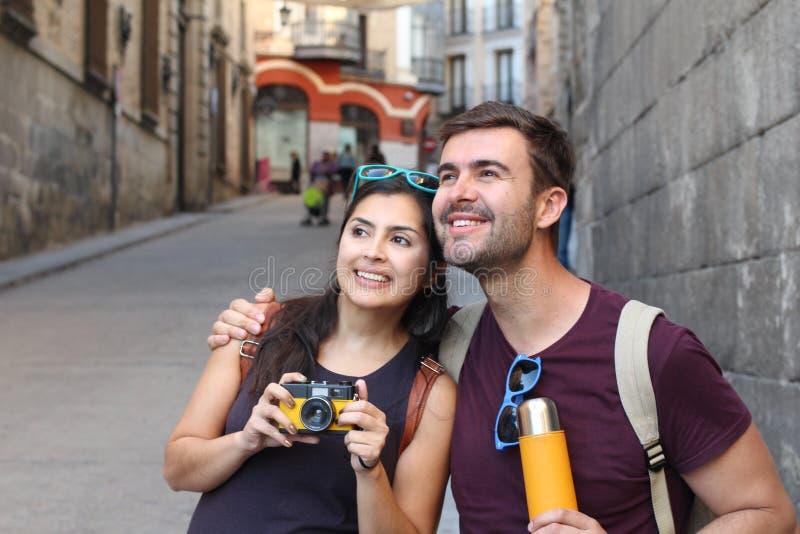 Couples sains appréciant le voyage ensemble photographie stock