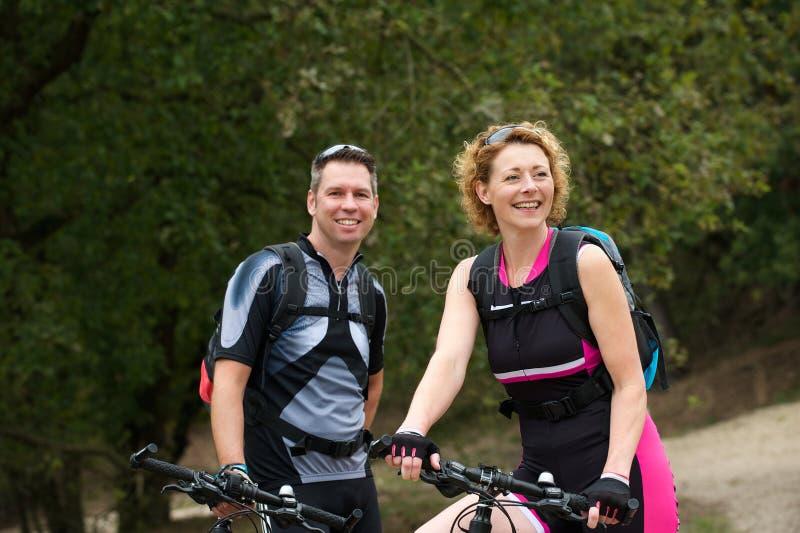 Download Couples Sains Souriant Avec Des Bicyclettes Image stock - Image du vélo, mâle: 45356081