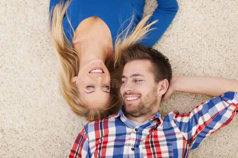 Couples se couchant sur le tapis photographie stock