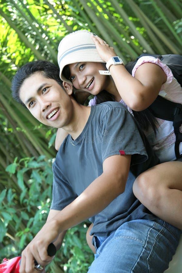 Couples se déplaçant au pays tropical photographie stock libre de droits