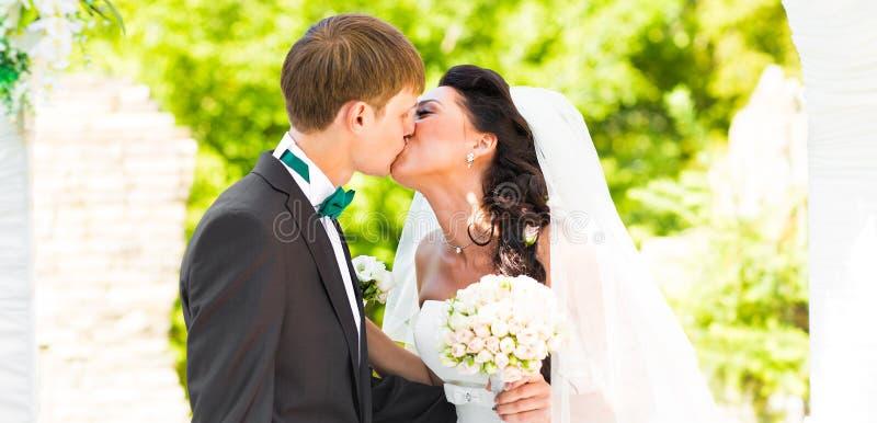 Couples se mariant à une cérémonie de mariage extérieure image stock
