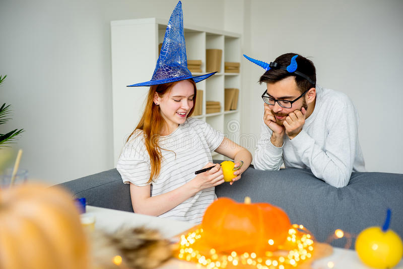 Couples se préparant à Halloween image stock