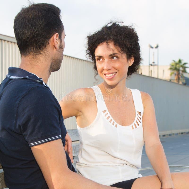 Couples se regardant dans les yeux photos libres de droits