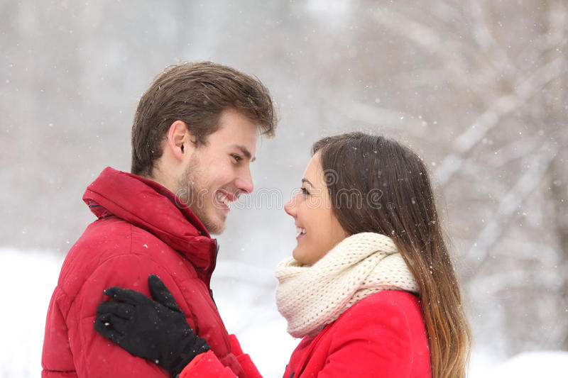 Couples se regardant en hiver photos libres de droits