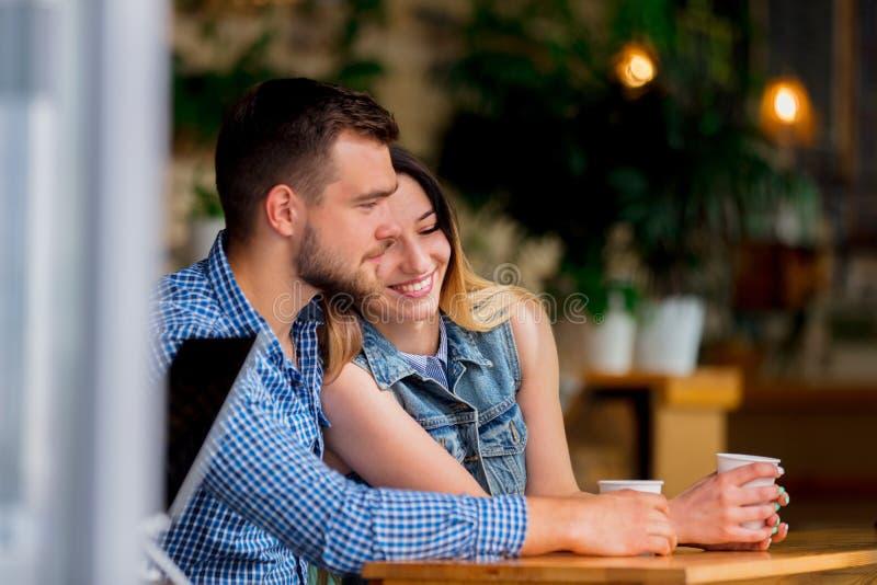 Couples se reposant à une table dans un café et un café potable photographie stock