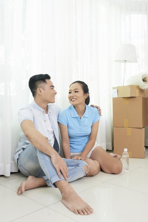 Couples se reposant après s'être déplacé dedans photo stock