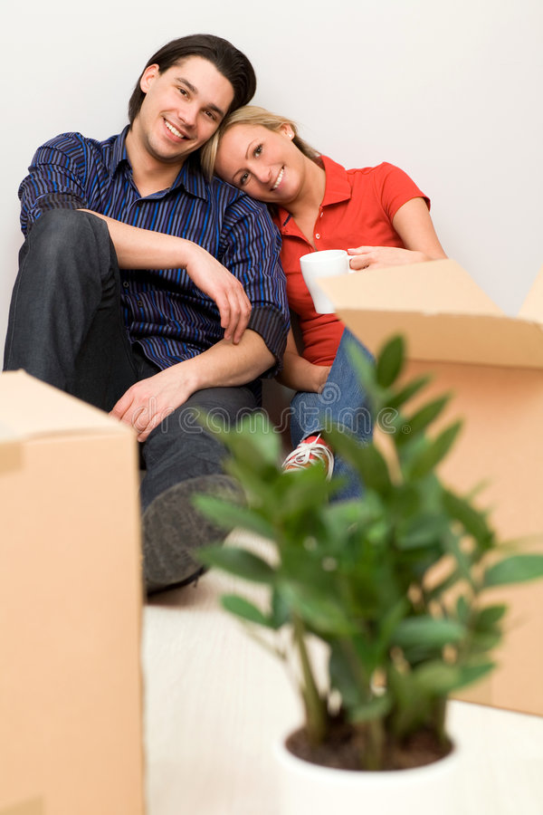 Couples se reposant dans la maison neuve images libres de droits