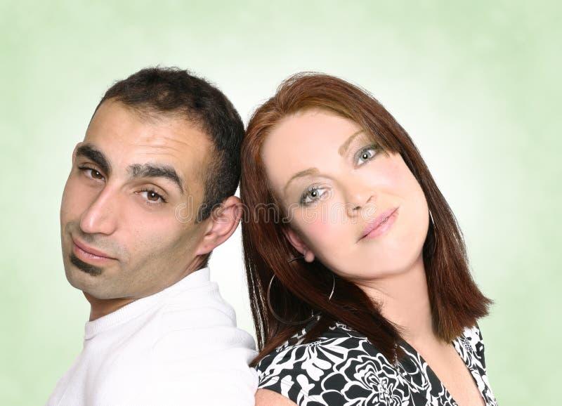 Couples se reposant de nouveau à penser à l'avenir arrière image libre de droits