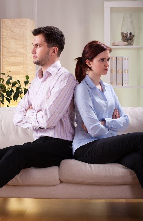 Couples se reposant de nouveau au dos image stock