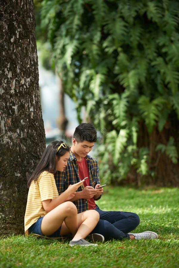 Couples se reposant en stationnement photographie stock libre de droits