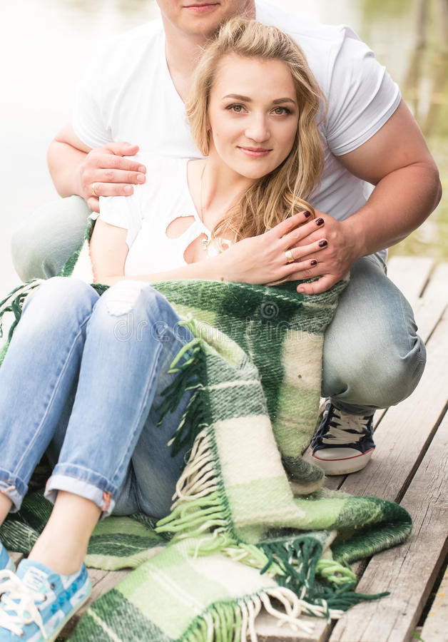 Couples se reposant en stationnement photos stock