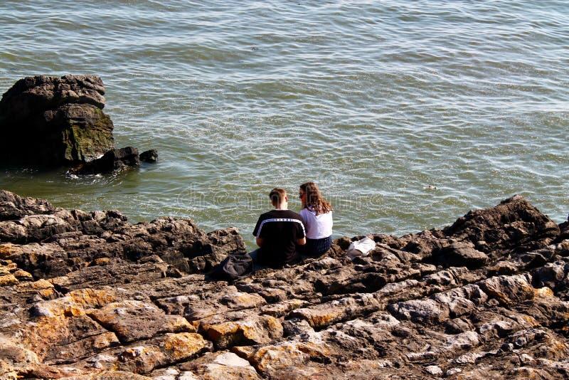 Couples se reposant par des falaises photo libre de droits