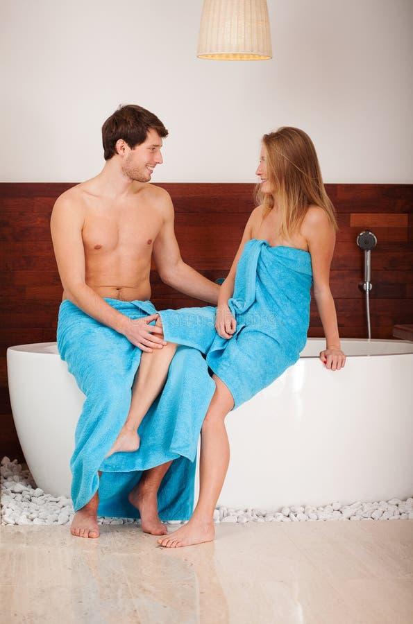 Couples se reposant sur la baignoire images stock