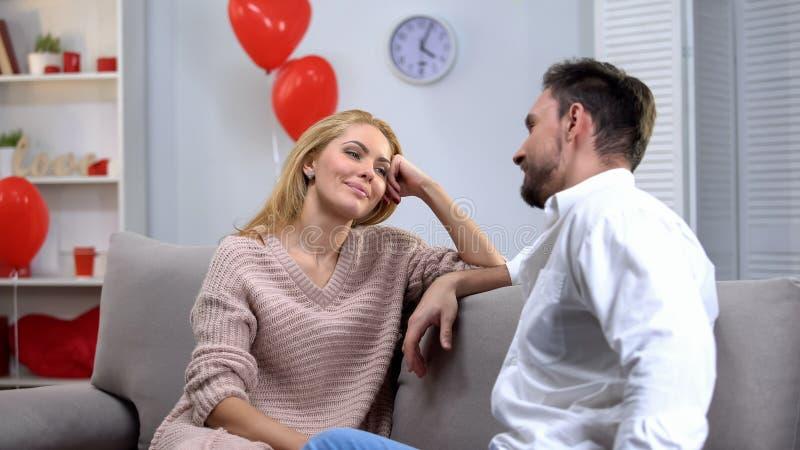 Couples se reposant sur la fourmi de sofa parlant, appréciant la date du jour de valentines, romantique photographie stock libre de droits