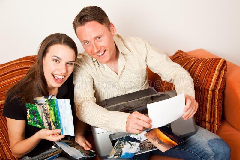 Couples se reposant sur les photos d'impression de divan photos stock