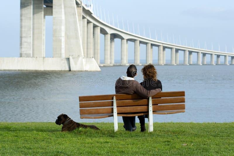 Couples se reposant sur un banc image libre de droits