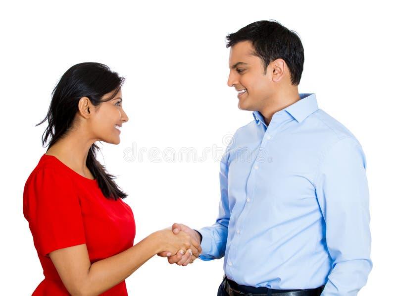Couples se serrant la main images libres de droits