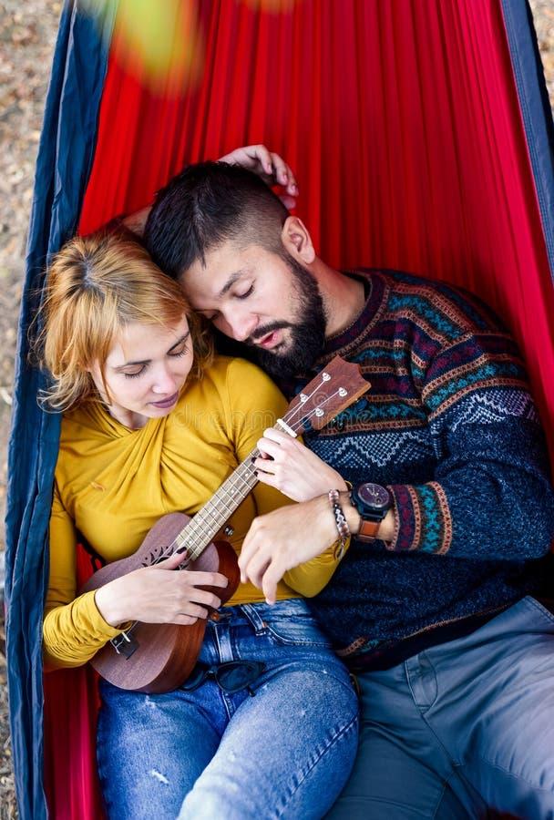 Couples se situant dans un hamac sur un pique-nique photos stock