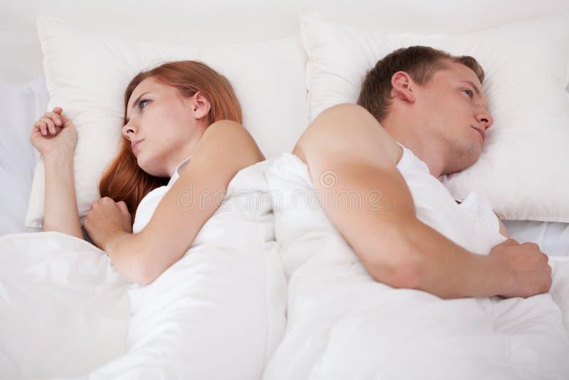 Couples se trouvant de nouveau au dos photos libres de droits