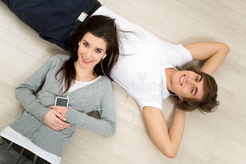 Couples Se Trouvant Sur L étage Image libre de droits