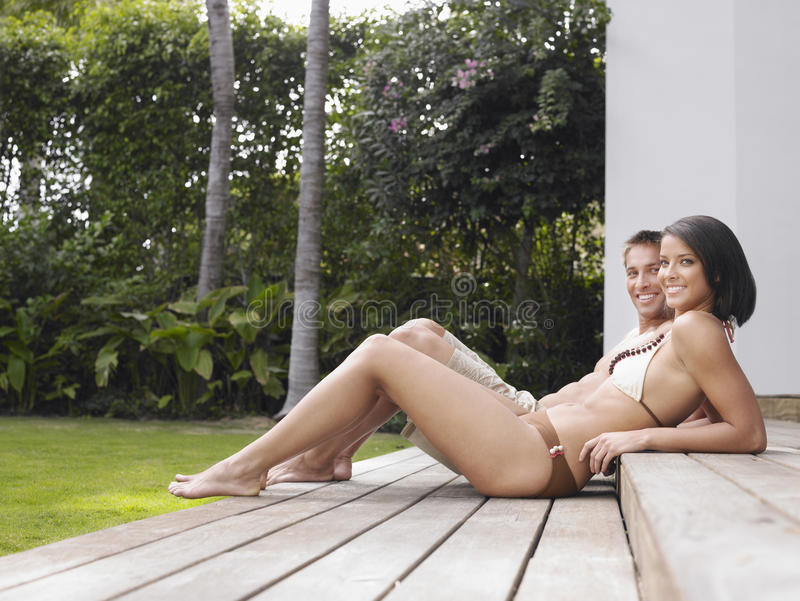 Couples semi habillés détendant dehors image stock