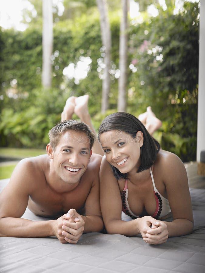 Couples semi habillés se trouvant dehors photos libres de droits