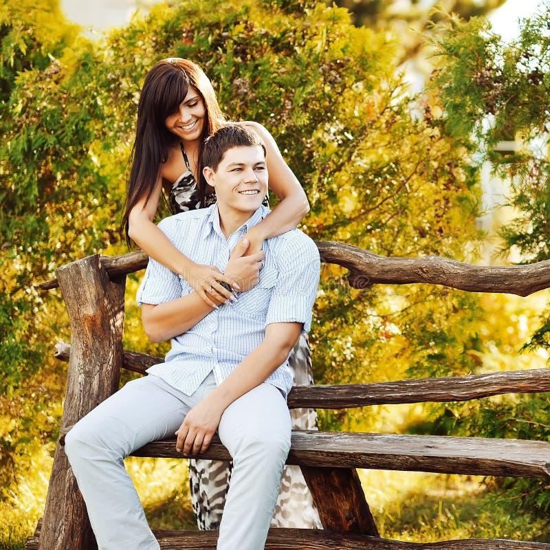 Couples sensuels dans l'amour extérieur photos libres de droits