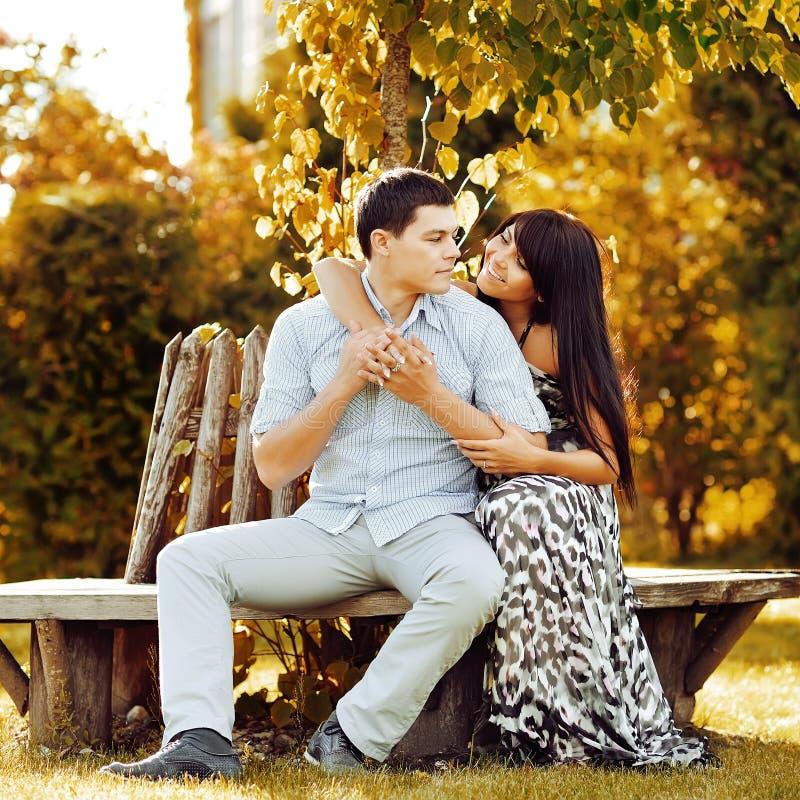 Couples sensuels dans l'amour extérieur images libres de droits