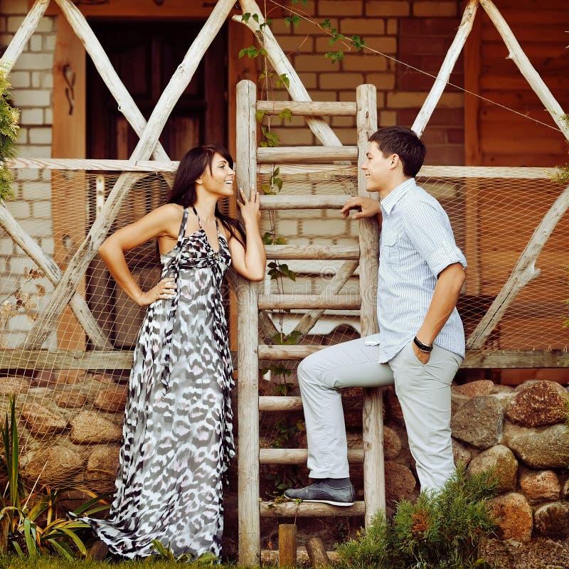 Couples sensuels dans l'amour extérieur image libre de droits