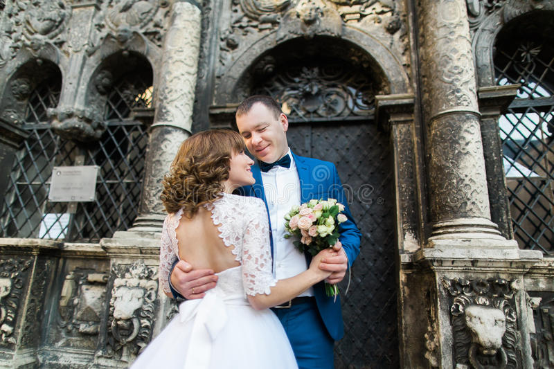 Couples sensuels de nouveaux mariés étreignant près du vieux bâtiment avec des colonnes photographie stock