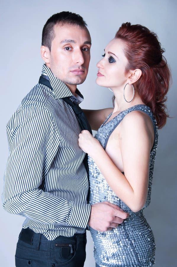 Couples sensuels sur le gris photos stock