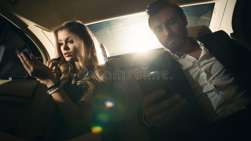 Couples sexy dans la voiture images stock