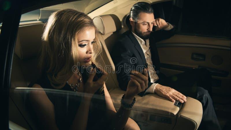Couples sexy dans la voiture image libre de droits