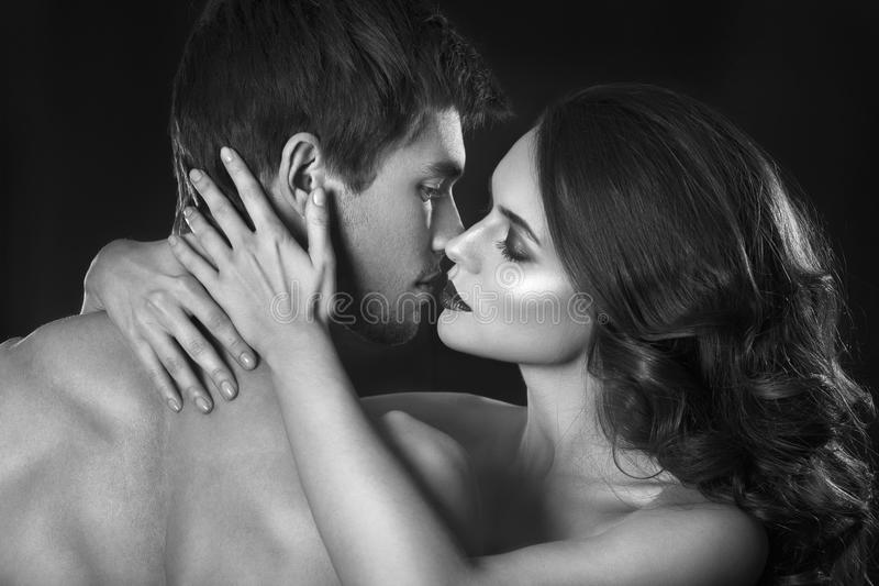 Couples sexy de beauté Baisers du portrait de couples Femme sensuelle de brune dans les sous-vêtements avec le jeune amant, coupl photographie stock