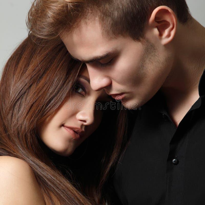 Couples sexy de passion, beau jeune homme et plan rapproché de femme, plus de photos libres de droits