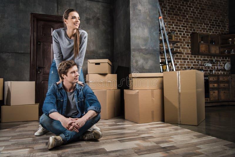 couples songeurs regardant loin dans la chambre avec des boîtes en carton images libres de droits